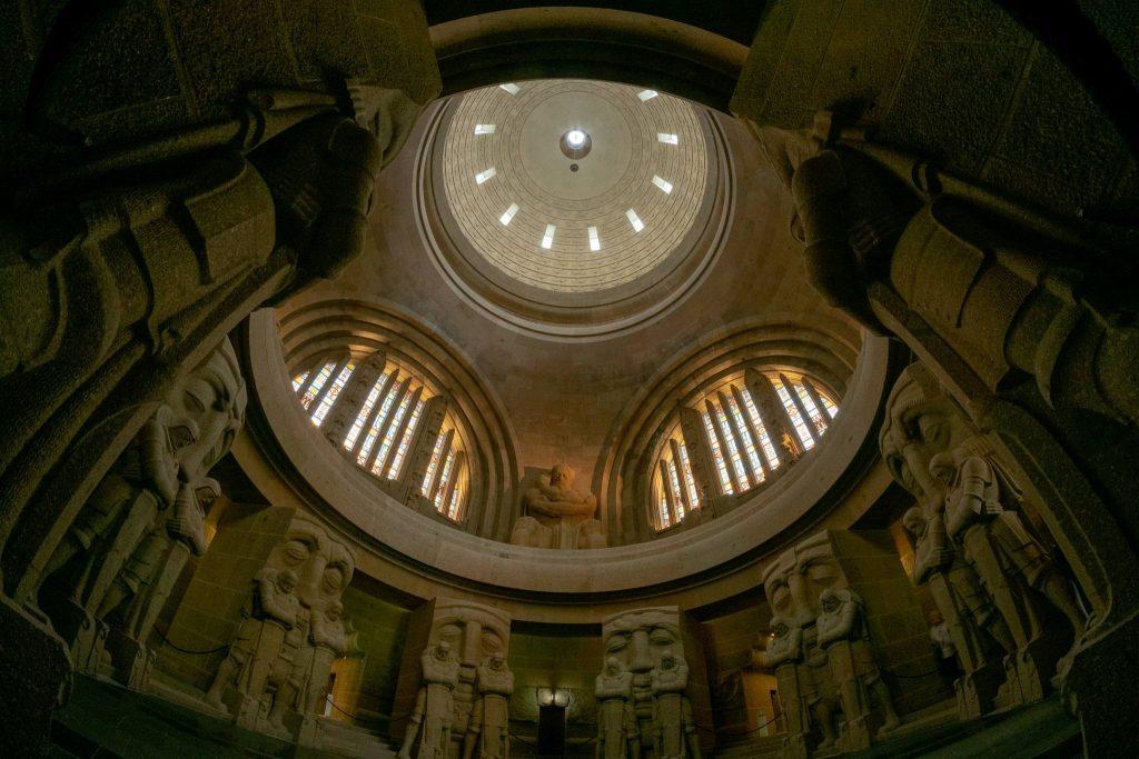 Blick von der Krypta bis in die Kuppel mit 324 lebensecht großen Reitern