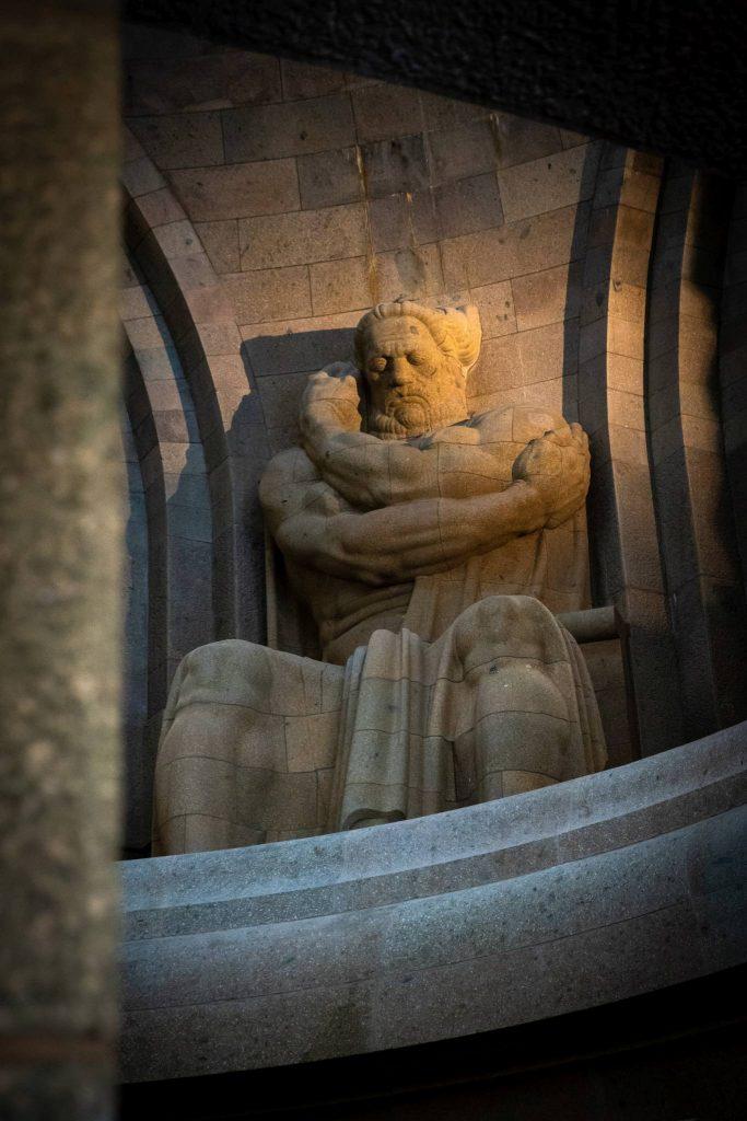 Eine von vier Kolossalfiguren im Völkerschlachtdenkmal